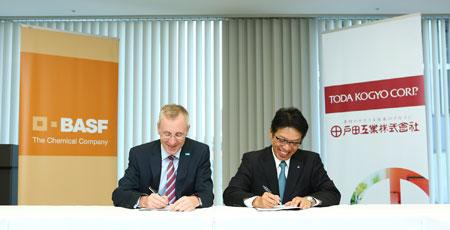 (Left) Dr. Joerg Christian Steck, Representative Director & President of BASF Japan, (Right) Mr. Shigeru Takaragi, President, TODA KOGYO CORP.